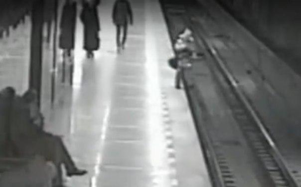 В метро Екатеринбурга ребенок упал на рельсы. ВИДЕО