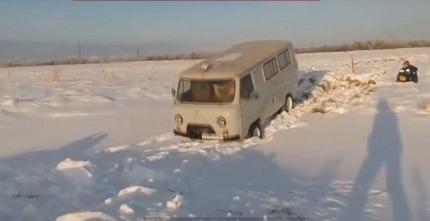 Хлопнул дверью УАЗа и провалился в снег. ВИДЕО