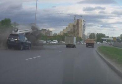 В сеть попало ВИДЕО аварии в Екатеринбурге: «Ларгус» крутило в воздухе, как щепку