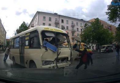 В Курске водителя выкинуло из маршрутки после столкновения с двумя автомобилями