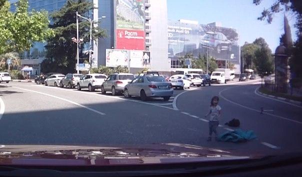 В Сочи из автомобиля выпал ребенок