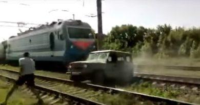 поезд разорвал УАЗ