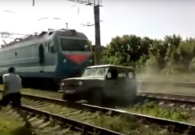 «Эльдар, вылазь!» Поезд разорвал УАЗ, застрявший на путях