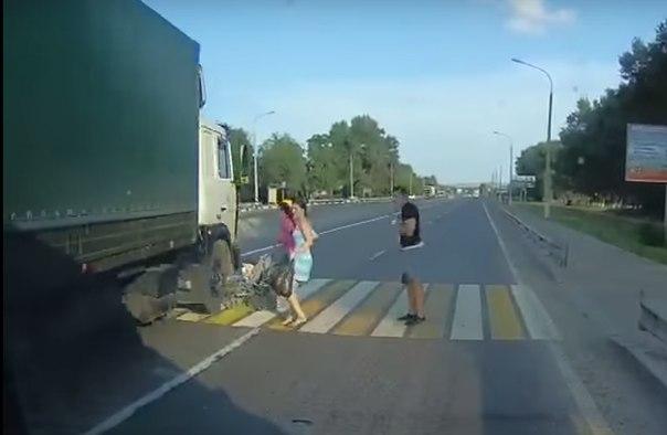 фура чуть не сбила мамашу с коляской