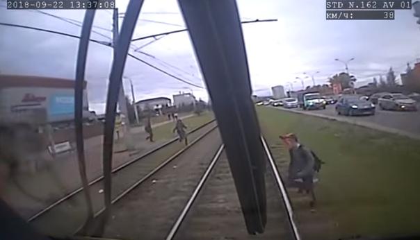 трамвай сбил школьника