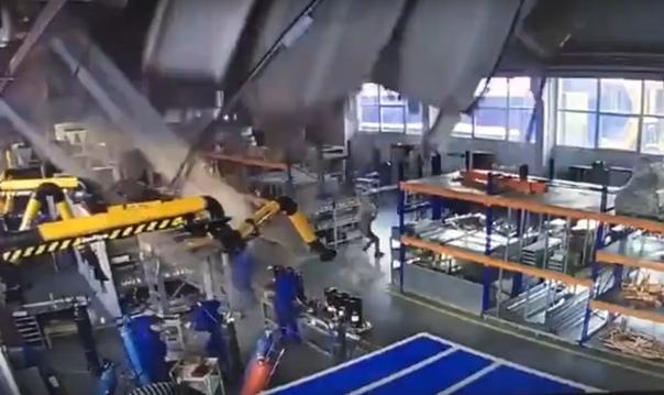 Появилось ВИДЕО обрушения крыши производственного здания в Дзержинском.