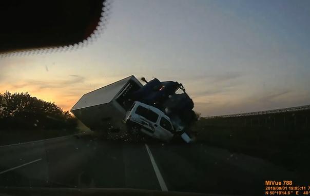 Жуткое ДТП на М-4 попало на видео: падающая фура подхватила легковушку