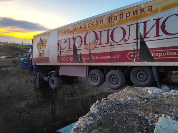 В Татарстане фура перелетела через котлован и врезалась в откос моста