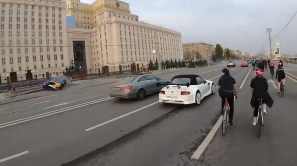 Велосипедист снял на видео момент переворота каршерингового автомобиля в Москве