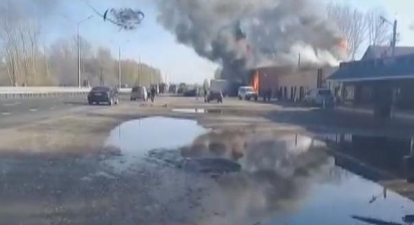Жуткое ДТП у Тальменки: фура протаранила легковушку, влетела в придорожное кафе и вспыхнула