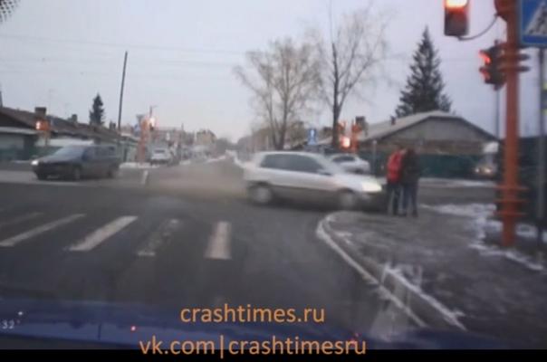 Летел на красный и сбил целующуюся парочку в Кемерово. Другой ракурс ВИДЕО резонансного ДТП