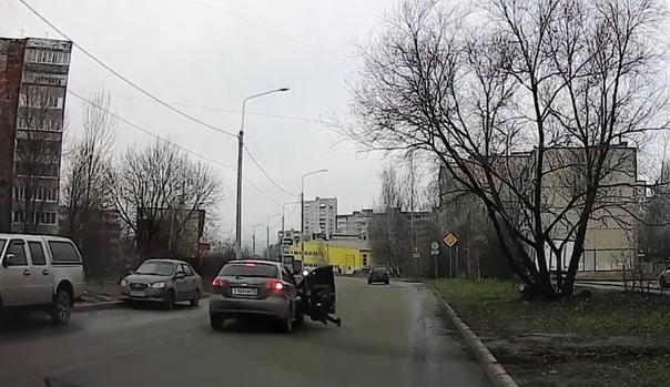 Пассажирка прямо на ходу вышла из автомобиля. ВИДЕО из Владимира