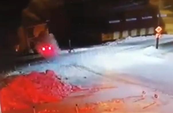 В Якутии водитель насмерть сбил подростка, врезался в жилой дом и погиб