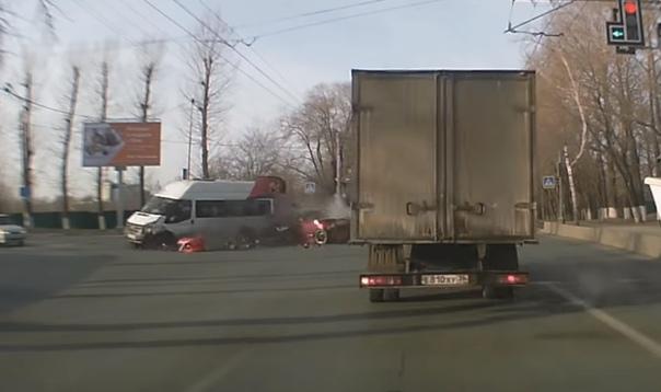 Опубликовано ВИДЕО столкновения маршрутки и спорткупе в Ульяновске, после которого скончалась одна из пассажирок