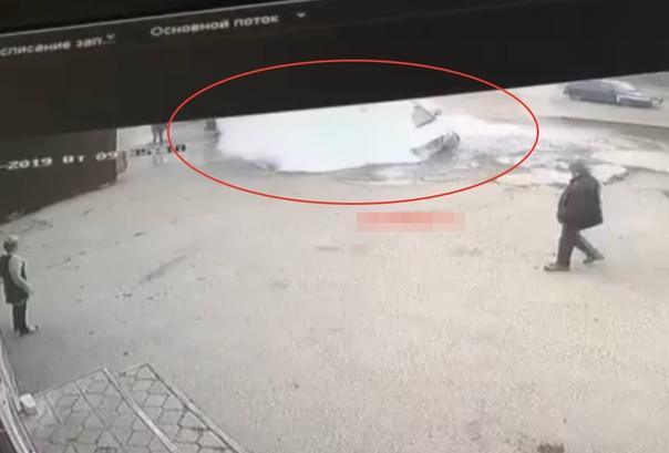 Опубликовано ВИДЕО трагедии в Пензе, где в яму с кипятком провалился легковой автомобиль