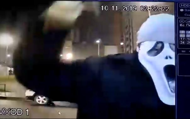 """Неадекват в маске """"Крик"""" разбил топором домофон и дверь в подьезде дома в Санкт-Петербурге. ВИДЕО"""