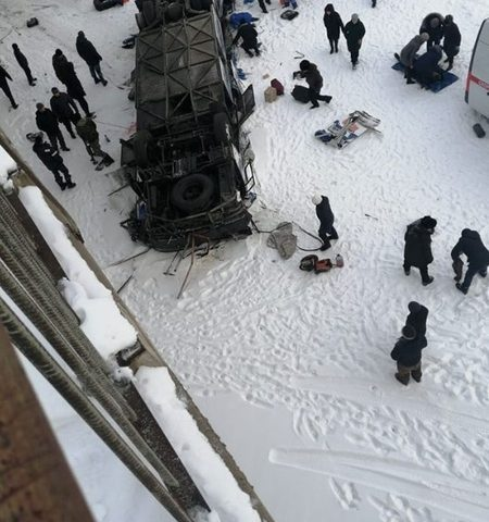 Автобус рухнул с моста в Забайкалье. Фото, видео очевидцев
