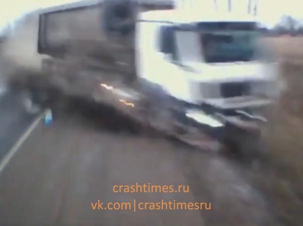 Вылетевшая на встречку фура разнесла легковушку. ДТП на трассе в Калужской области