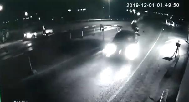 В Дагестане Mercedes сбил инспектора ДПС, подкинув его на несколько метров вверх. ВИДЕО
