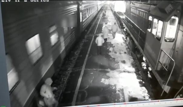 На станции в Забайкалье мужчину затянуло под поезд. ВИДЕО