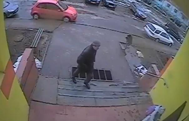 Мужчина преследовал школьницу до подъезда, но ей удалось его обмануть. ВИДЕО