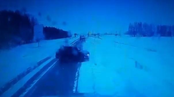 В Башкирии ВАЗ-2114 затянуло под встречный Урал. ВИДЕО момента смертельной аварии