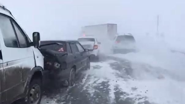 В массовую аварию на Южном Урале попали 15 автомобилей. ВИДЕО