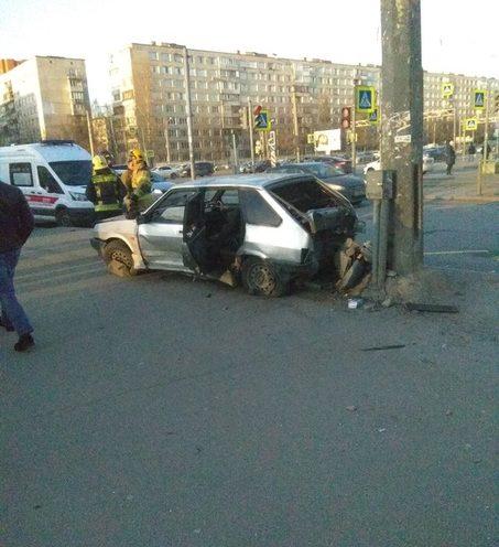 В Петербурге Lada после столкновения с Mazda влетела в толпу пешеходов