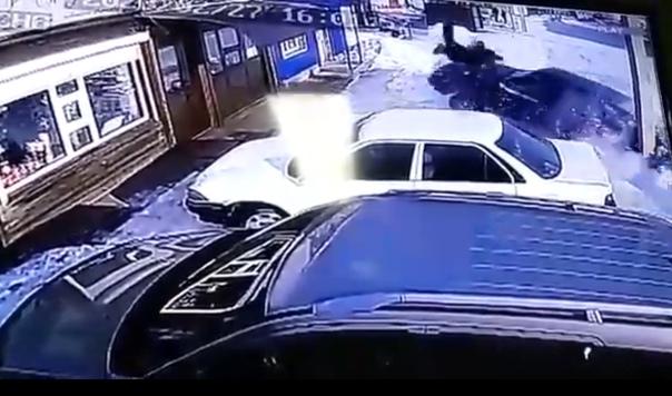 В Иркутской области легковушка снесла пешеходов на тротуаре и врезалась в стоящие автомобили. ВИДЕО