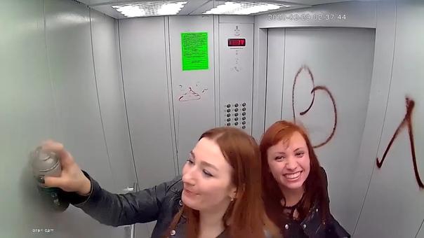 "В Оренбурге две девушки ""разукрасили"" лифт жилого дома. ВИДЕО"