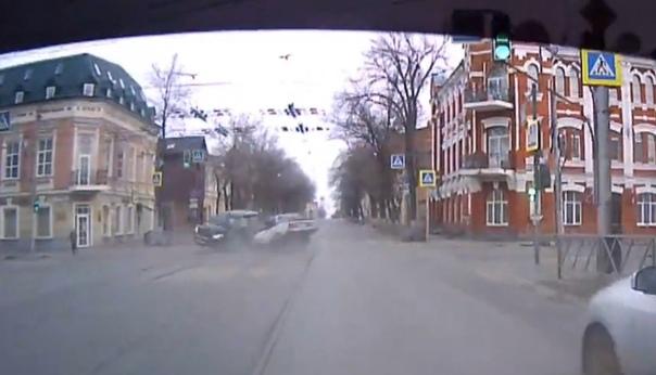 Самарская пуля. Жесткая авария попала на ВИДЕО сразу с двух ракурсов
