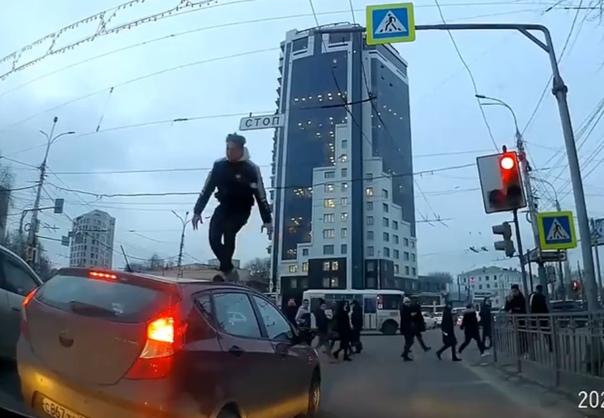 Новая забава молодежи: бегать по крышам автомобилей. ВИДЕО