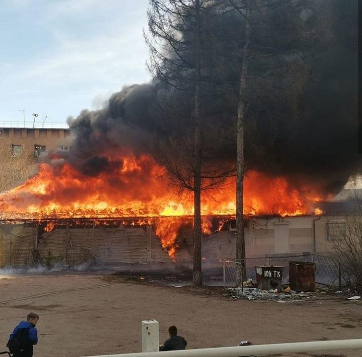 Крупный пожар в Якутии: горят торговые ряды. ВИДЕО из Нерюнгри