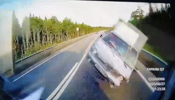 Hyundai Porter взлетел в лоб фуре. Смертельное ДТП на трассе Пермь – Екатеринбург попало на видео