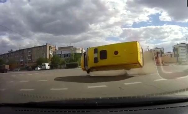 """""""Как в кино"""" Скорая, подпрыгнув в воздухе, приземлилась в сантиметрах от машины с регистратором"""