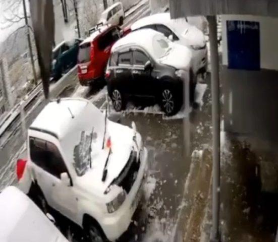 бетонная плита рухнула на автомобиль