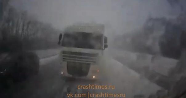 Опубликовано ВИДЕО момента лобовой аварии двух фур на трассе Пенза - Тамбов