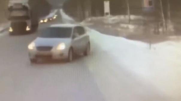 Опубликовано ВИДЕО резонансного ДТП под Миассом, где легковушка протаранила автомобиль ГИБДД в колонне с автобусом с детской командой