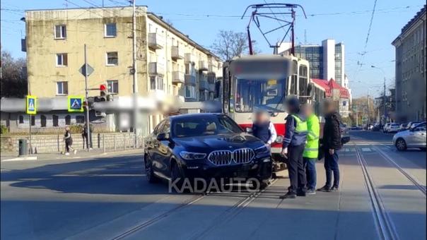 В Калининграде трамвай протаранил элитный кроссовер BMW. ВИДЕО